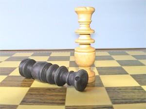 reinas en jaque mate en tablero de ajedrez