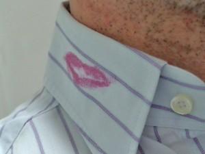 mancha de carmin en cuello camisa, posible pista para detectar una infidelidad