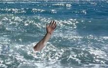 brazo se alza entre aguas marinas