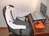 vestimenta del trabajador sentada en la silla de trabajo sin el trabajador, simbolizando la baja laboral fingida.