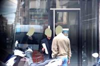 La infidelidad laboral. Reunión de dos hombres en la calle donde se entregan documentos