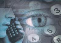 El detective privado corporativo llamando por móvil sobre fondo de ojo de persona y números que simbolizan datos