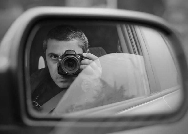 un detective privado haciendo fotos desde un coche